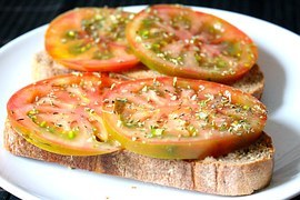bread-with-tomato-1014850__180.jpg